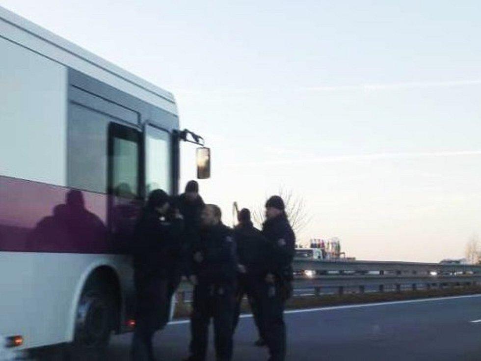 Na dálnici D1 boural autobus s vězni. Museli přestoupit do náhradního.