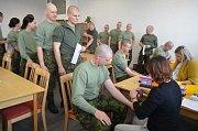 Tento týden se v prostorách Společenského klubu kasáren Dědice sešla k odběru vzorku krve téměř stovka zájemců z řad armádních nováčků.