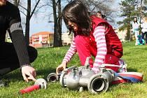 Děti si na ivanovickém hasičském hřišti vyzkoušely i práci s hadicemi.