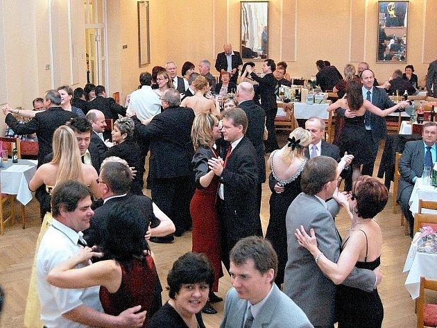 Městskému plesu v Bučovicích zatím musí stačit sál Katolického domu.