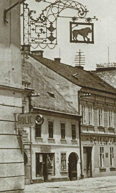 Domovní znamení U zlatého lva v roce 1935.