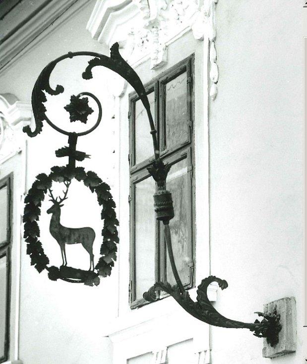 Domovní znamení U zlatého jelena v roce 1972 na snímku T.J. Pivečky.