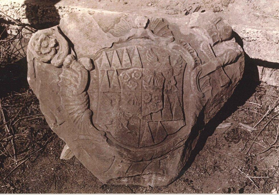 Kamenný znak olomouckého biskupa Maxmiliána z roku 1765.