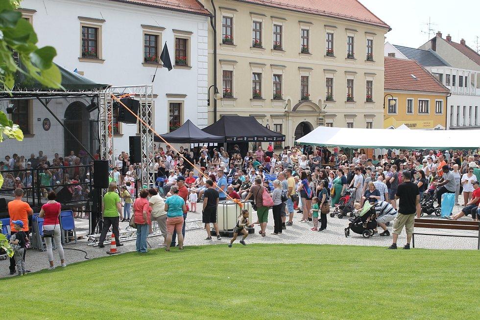 Taneční soubory vystupují na Palackého náměstí