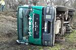 Kamion se převrátil na odbočce k zahrádkám nad serpentinami směrem ze Slavkova u Brna na Rousínov.
