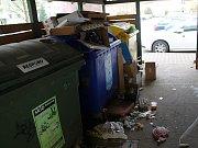 Odpadky u popelnic ve vyškovské ulici Osvobození,