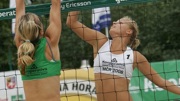 Slavkovské beachvolejbalové kurty jsou dějištěm nejen amatérských turnajů, ale také republikových mistrovských klání. O víkendu je v plánu regionální soutěž.