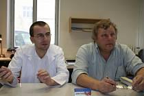 Petr Ryšávka (vlevo) a Vladimír Vrzal slibují, že přípravek Dentivac pomůže mnoha pacientům s nemocnými zuby.