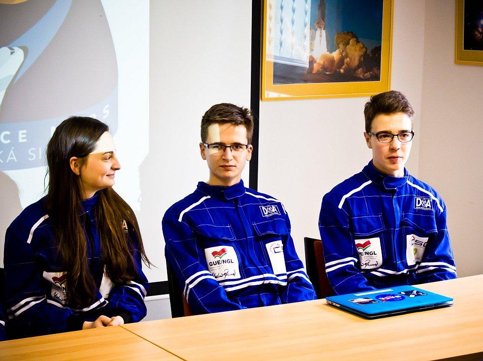 Pětice vybraných studentů prožila v útrobách vyškovské hvězdárny simulovaný let na Mars.