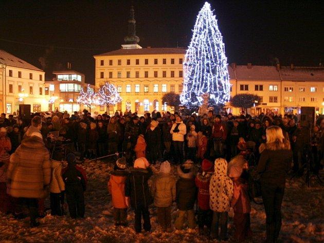 Necelé tři stovky lidí se v roce 2012 sešly na vyškovském Masarykově náměstí při adventní akci Česko zpívá koledy.
