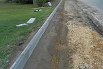 Na stavbě obrubníku k novému chodníku se podílela asi dvacítka Medlovických.