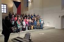 Žáci oslavili sametovou revoluci zpěvem.