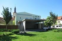Rousínovští opravili sál v Záložně. Za ní mají i venkovní pódium.