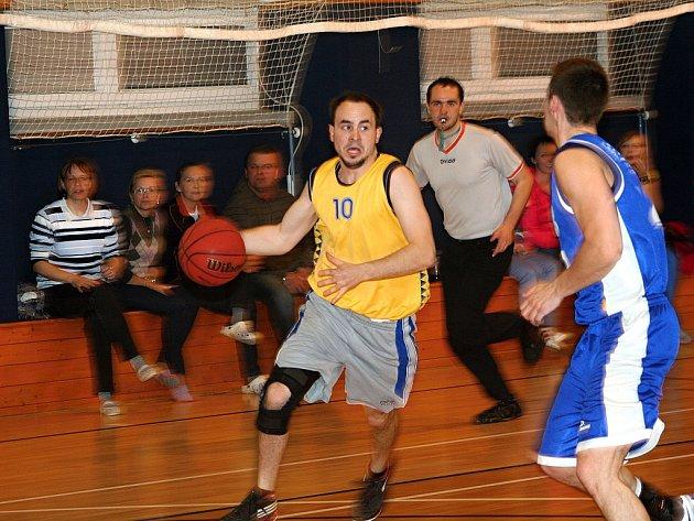 Vyškovští basketbalisté v utkání s Tišnovem.