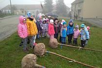 Sázení se zúčastnily i děti.