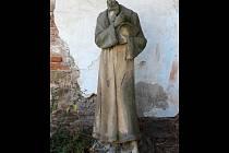 Socha Komenského je zatím bez hlavy. Ve vyškovské zahradě kaple U svaté Anny čeká na restaurátory.