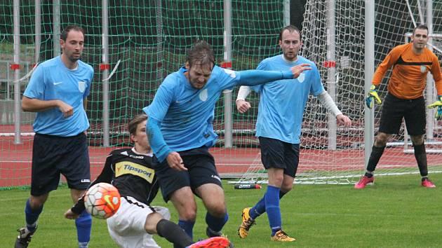 V 7. kole I. B třídy porazili fotbalisté Slavkova u Brna (v modrém) Babice nad Svitavou 3:1.