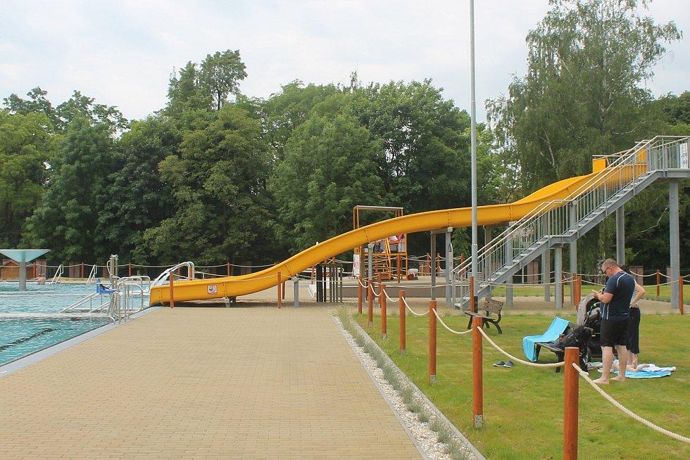 Venkovní bazén ve Vyškova zahrnuje i mnohé atrakce.