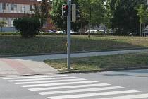 Cyklisté ignorují semafor i na přechodu u policejní budovy v Brněnské ulici.