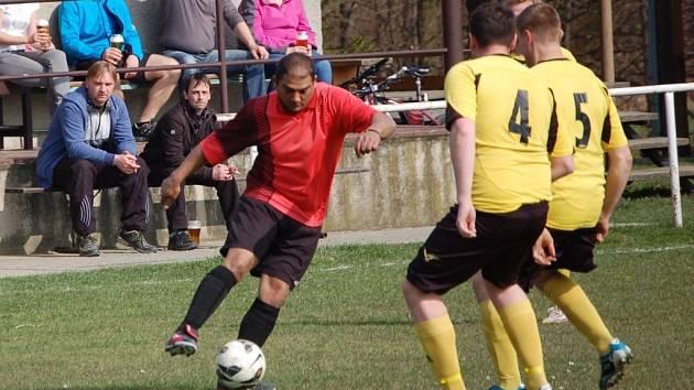Fotbalisté Branek (červené dresy) doma prohráli s Novým Hrozenkovem 0:4.