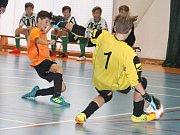 Osmý ročník Memoriálu Jiřího Vaďury v halovém fotbale v Rousínově vyhráli starší žáci Sigmy OIomouc. Na pátém místě skončil FC Bučovice (v oranžových dresech).