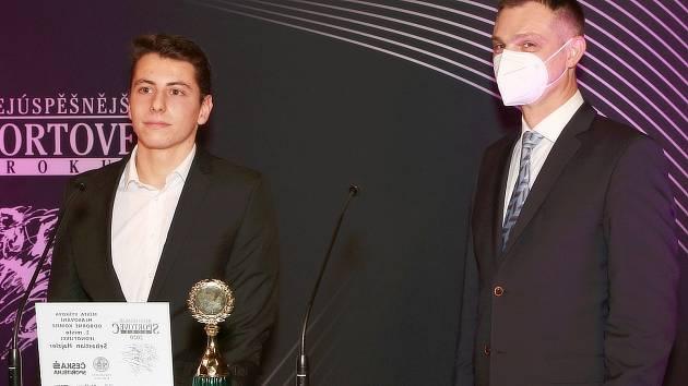 Diplom a cenu předal nejlepšímu sportovci Vyškova za rok 2020 Sebastianu Hajzlerovi starosta Vyškova Karel Jurka (vpravo).