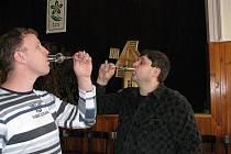 Zdánlivě nesourodé zájmy spojil sál místní hospody. Se skleničkou v ruce se daly obdivovat výšivky.