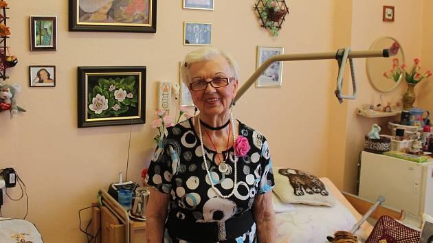 Paní Sedlářová z Hvězdlic háčkuje pro děti a píše básně.