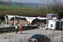 Kolaps dopravy. Policisté a hasiči měli včera na dálnici u Nemojan kvůli nehodě kamionu plné ruce práce.