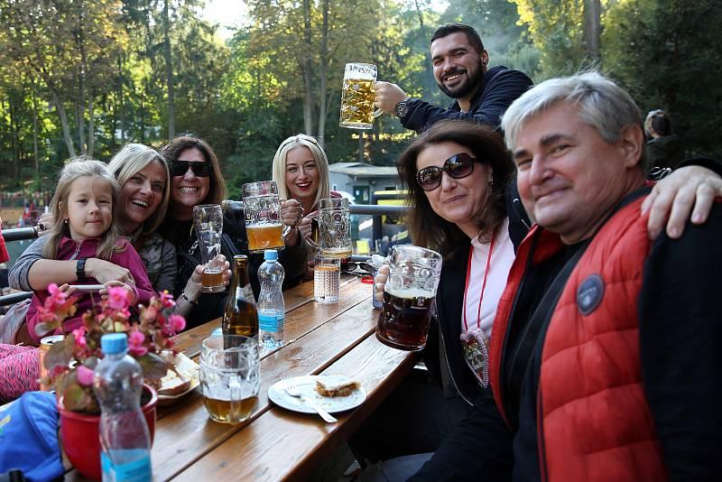 Provozovatelé lulečského originálního bistra Panelka uspořádali místní Oktoberfest. Pod bavorskými vlajkami a v německých krojích navodili organizátoři atmosféru slavného pivního festivalu. Bavorská dechovka zněla reprodukovaně i naživo pod taktovkou trum