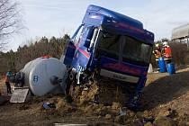 Po havárii kamionu na D1 u sjezdu na Vyškov vyteklo z cisterny do nedalekého rybníka mléko a nafta.