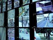 Vdozorčí místnosti vyrostla velkoplošná monitorovací stěna s devíti obrazovkami bez rámečku. Strážník si na stěnu rozloží obraz podle svých potřeb.