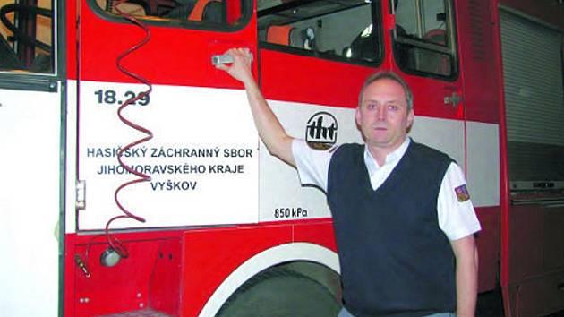 Když hasiči končí s hašením požáru, na místo vyjíždí Josef Jančík, který se ve spolupráci s policií pokouší dopátrat, proč a jak oheň vzplanul.