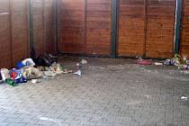 Dřevěné přístřešky na kontejnery pojali někteří Vyškované jako odkládací prostory na odpadky, případně jako veřejné toalety. Ostatní lidé se bouří. Řešení je těžké.