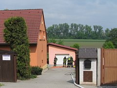 Požár rodinného domu v Rostěnicích-Zvonovicích, pro zraněnou osobu přiletěl vrtulník.
