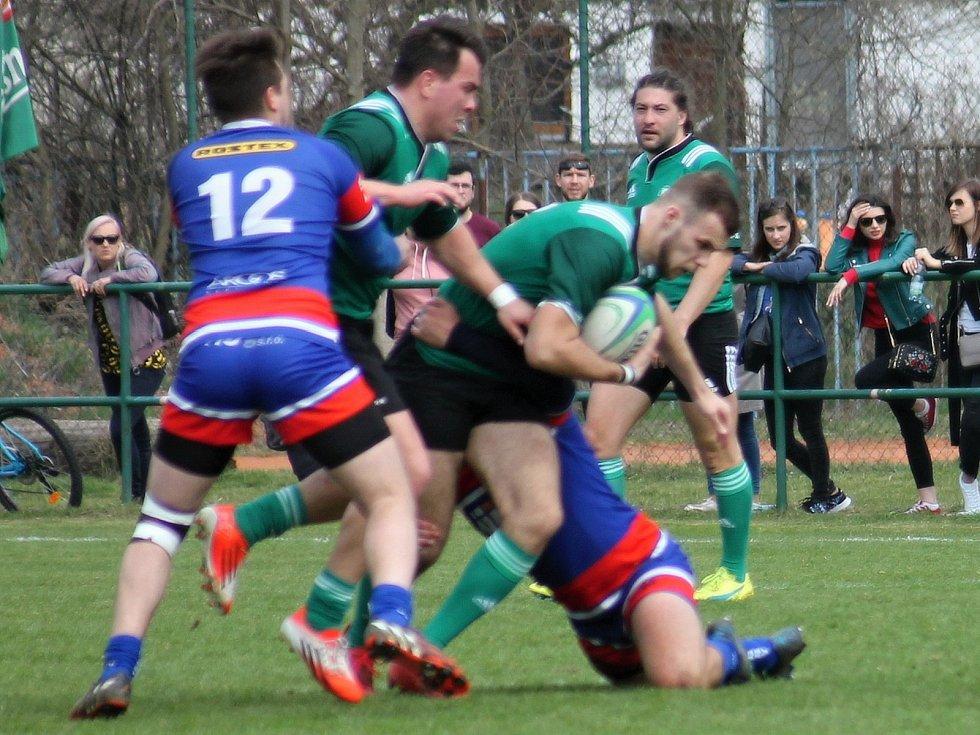 Ve 3. kole ragbyové extraligy se v Brně hrálo jihomoravské derby Dragon Brno (zelené dresy) Jimi Vyškov. Hosté zvítězili 26:25.