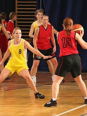 Vyškovská basketbalistka Michaela Pospíšilová (vlevo) se snaží narušit jeden z bílovických útoků.