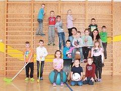 Žáci první třídy ze ZŠ a MŠ Nesovice s paní učitelkou Danielou Zezulovou a asistentkou Kateřinou Hajkrovou.
