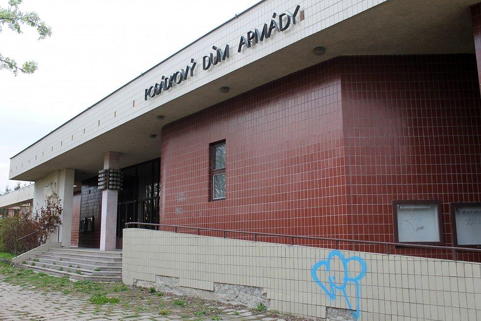 POSÁDKOVÝ DŮM ARMÁDY VE VYŠKOVĚ. Provozu ztrátového objektu Armáda ČR zanechala v roce 2012. Od té doby ve Vyškově ubylo kulturních akcí a opuštěná budova leží ladem. Pdáčko, jak budovu nazývají místní, nyní vlastní soukromá firma.