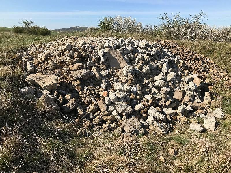 Podobný případ z loňska. Tehdy někdo na území Národní přírodní památky Větrníky vysypal stavební suť.