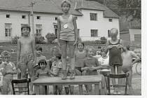 Dětský den před sokolovnou v roce 1985.