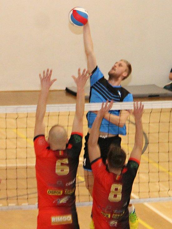Z duelu dvou nejlepších týmů II. ligy volejbalistů vyšly lépe domácí Holubice (modré dresy). Lídr soutěže porazil v tabulce druhý Volejbal Ostrava 3:1 a 3:0.