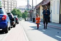 Lidé chodí po Dukelské nebo Olomoucké ulici a pletou si cyklostezku s chodníkem.