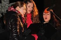 Poslechnout si dívčí sbor Colori si v Bučovicích přišlo asi sto třicet lidí. Někteří se ke zpěvu i přidali.