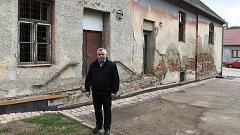 Kučerovští opraví chátrající budovu uprostřed obce.