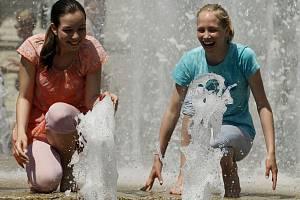 V horkých dnech by lidé kromě příjemného osvěžení ve fontáně měli dbát také na pravidlený pitný režim.
