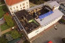 Pohled na kulturní dům v Drnovicích, který poničil požár.