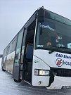 Kvůli sněhové kalamitě bouraly i autobusy. U Krásenska na Vyškovsku zapadl do sněhu po jedné hodině odpoledne. Potom čekal na odtah.