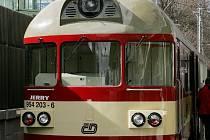 Motorový vlak 854. Vznikl přestavbou poštovních vagonů.