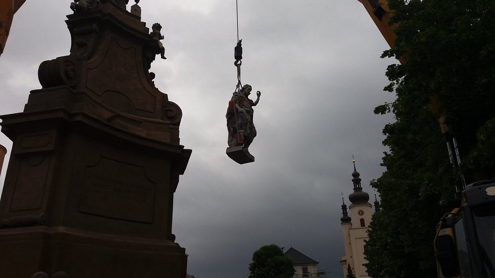 Opravenou sochu svatého Jana Křtitele včera nainstalovali na sousoší svatého Floriána v Ivanovicích na Hané.